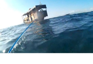 Sementara kapal kapi narik pelampung donat pake tali